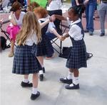 jeunes filles dansent
